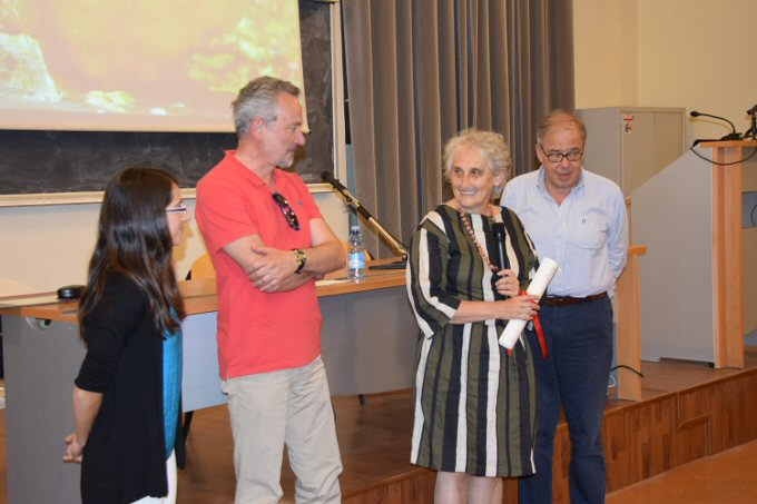 Dr Macarena Ros receives the prize